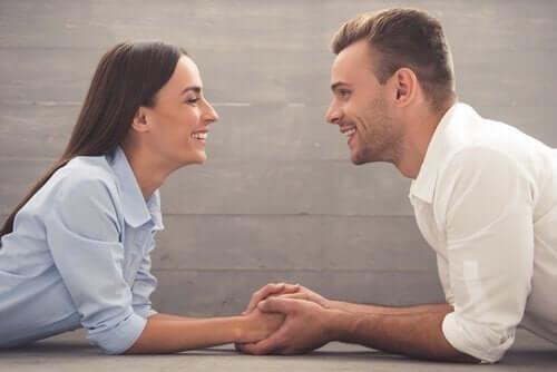 par der smiler til hinanden