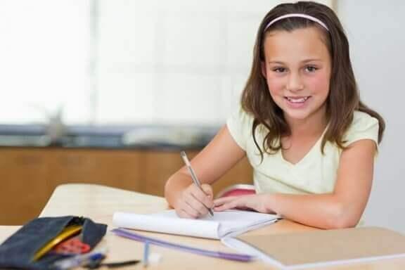 10 fantastiske måder at forberede et skrivebord til dit barn.