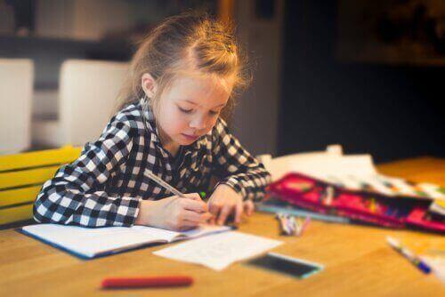 10 fantastiske måder at forberede et skrivebord til dit barn