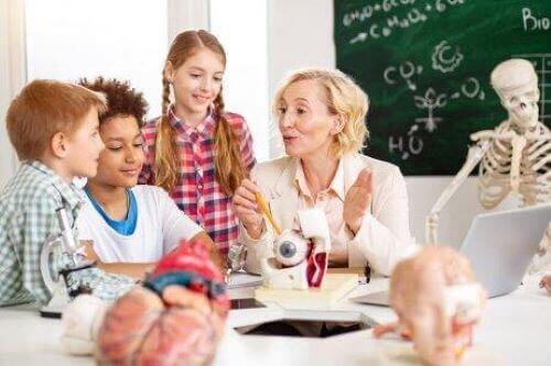 Uddannelsespsykologi: Psykolog med gruppe af børn.