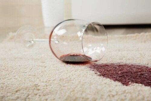rødvin spildt på tæppe