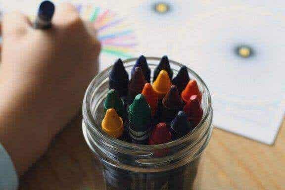Sådan fortolker man farver i børns tegninger