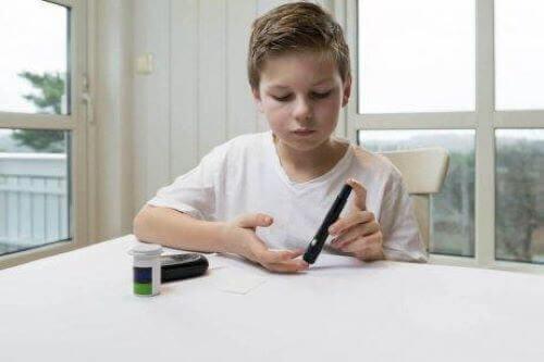 Ungdomsdiabetes: Dreng tjekker selv sit blodsukker.