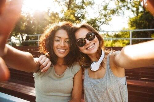 unge kvinder der tager en selfie
