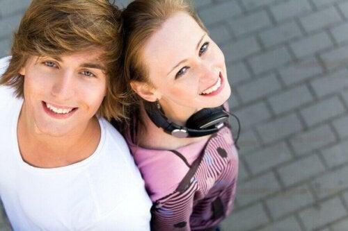 ungt par der står ryg mod ryg