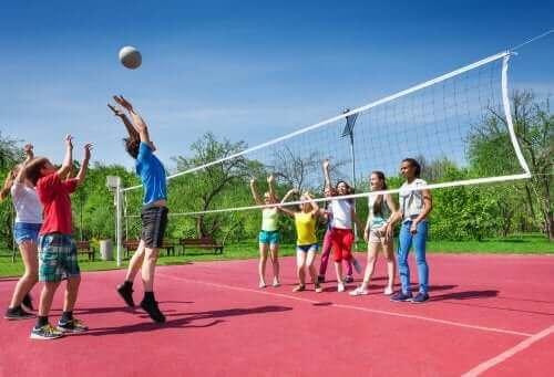børn der spiller volleyball