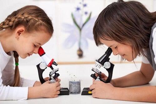 To børn udfører eksperimenter