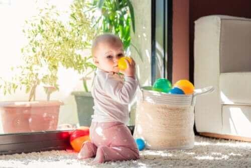 baby der leger med plastikbold