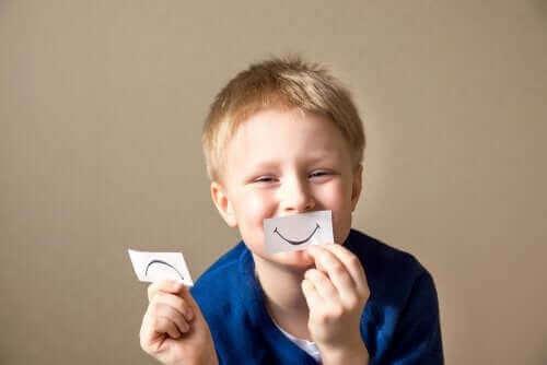 barn der holder glad mund op til munden