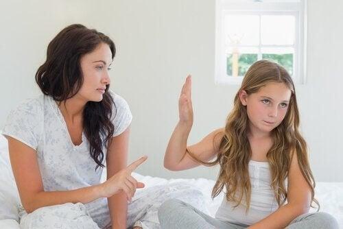 Mor irettesætter sin trodsige datter