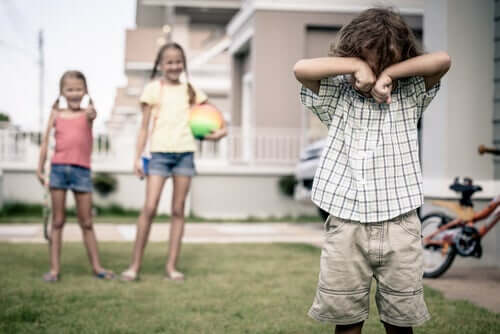 To piger driller en lille dreng.