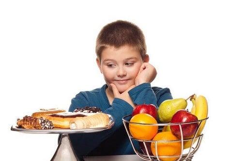 Dreng skal vælge mellem kage og frugt