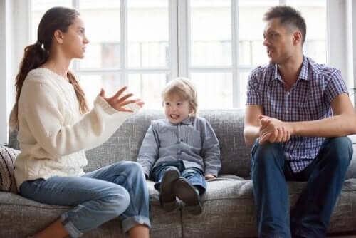 Forældre skændes foran deres barn