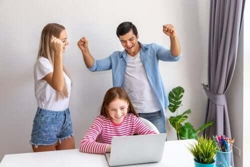 forældre der opmuntrer deres datter