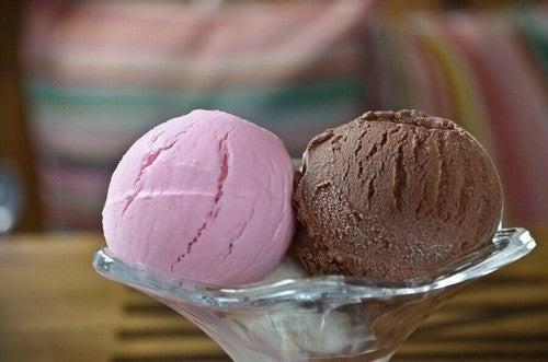 Glas med jordbær- og chokoladeis