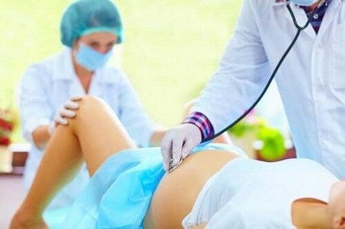Kan man undgå en episiotomi under fødslen?