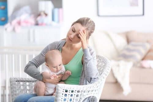 Tips til forebyggelse af depression efter adoption. Deprimeret mor med baby.