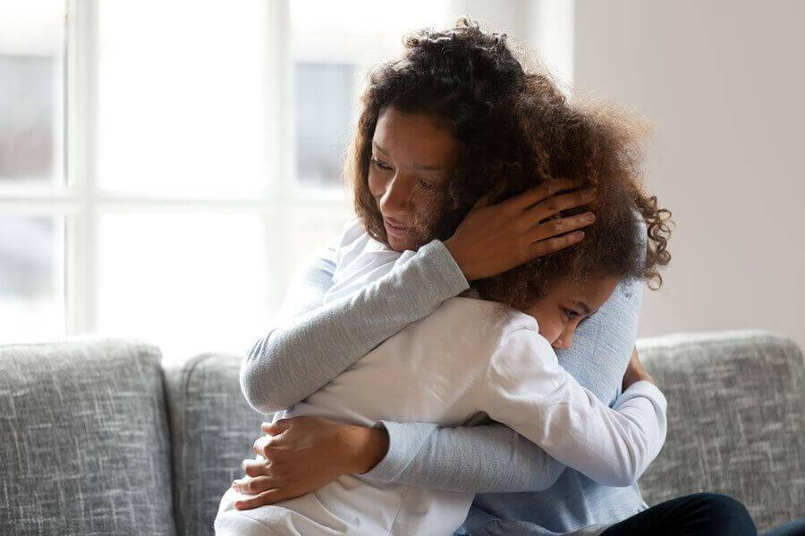 Separationsangst: Mor trøster datter.