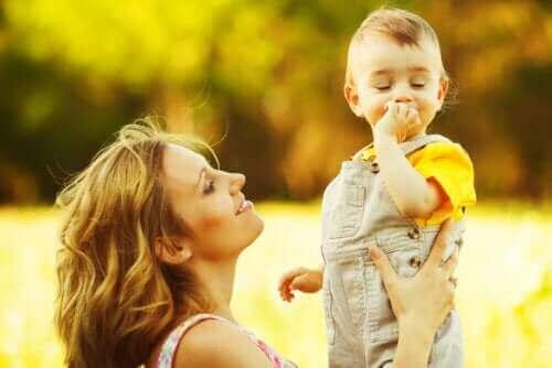 mor der kigger på sit barn