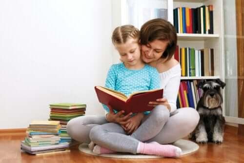 mor der læser med datter