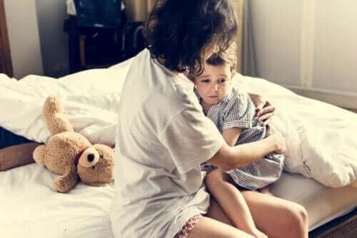 mor der trøster barn i seng