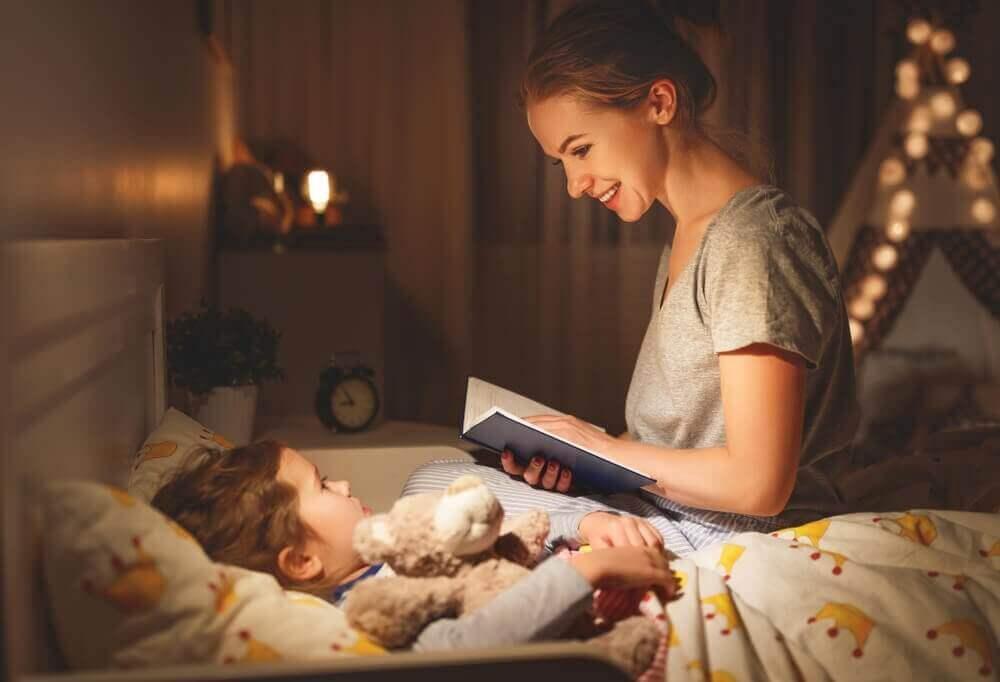 Sådan fortæller du dine børn uhyggelige historier. Mor som læser godnathistorie.