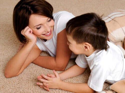 mor og dreng der ligger på gulvtæppe
