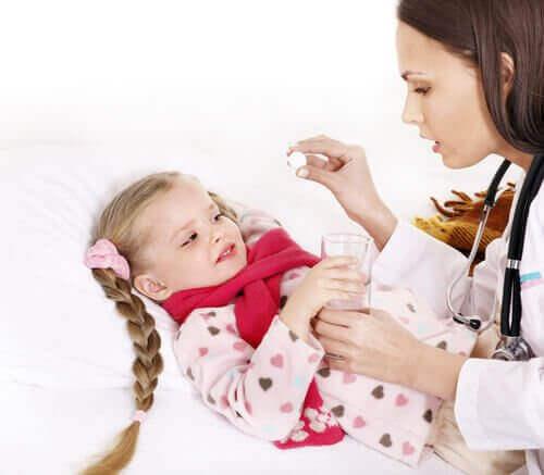Lille pige hos lægen med halsbetændelse.