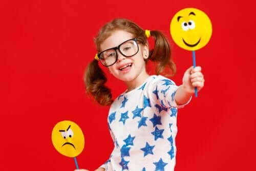 pige der holder en smiley