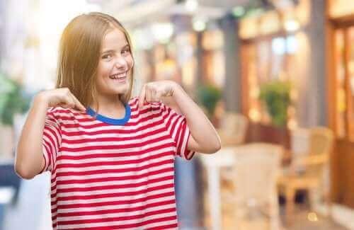 pige med stribet t-shirt