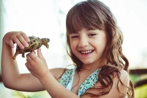 Pige holder en skildpadde
