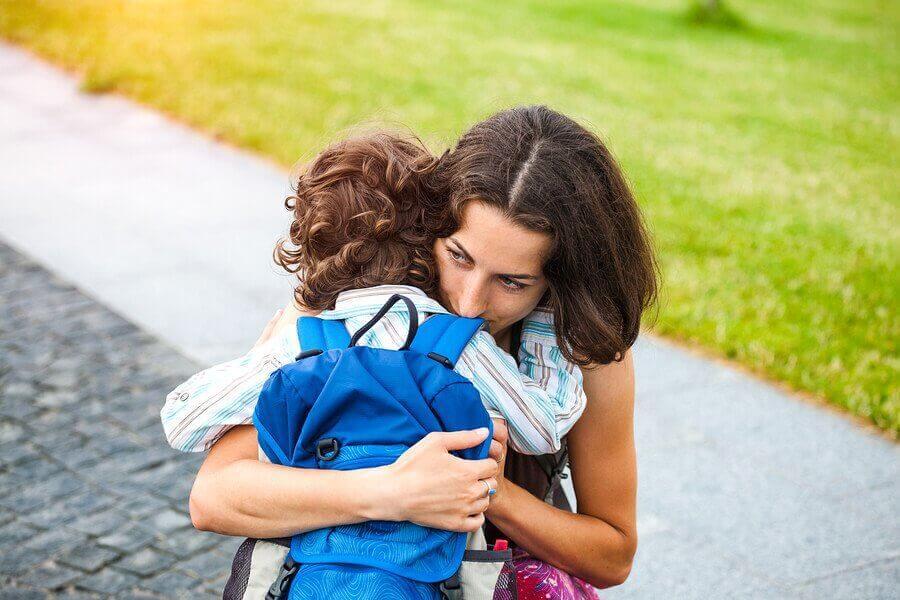 Separationsangst: Mor og søn krammer fravel.