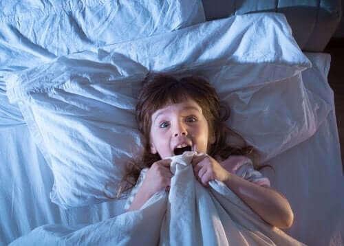 skræmt pige i sin seng