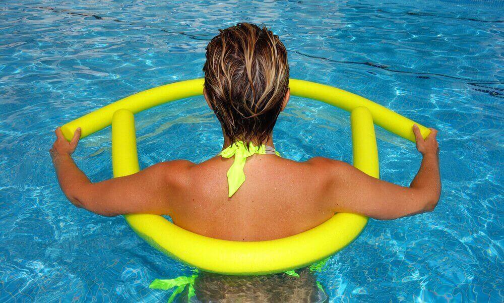 Fordele ved hydroterapi til gravide kvinder. Kvinde i svømmehal.