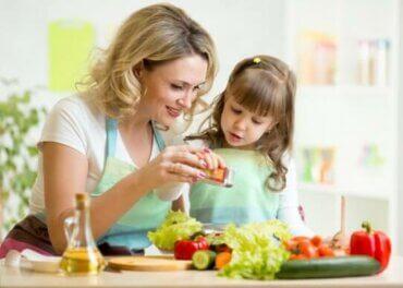 Sådan kan du underholde dine børn mens du laver mad