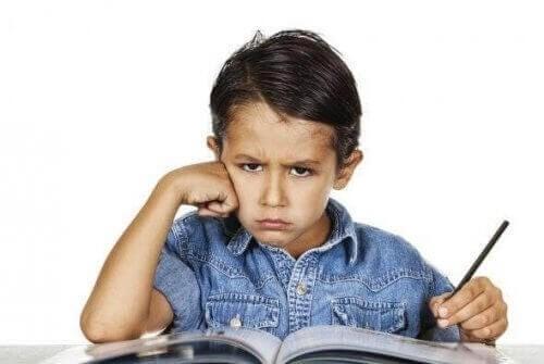 Vred dreng læser lektier