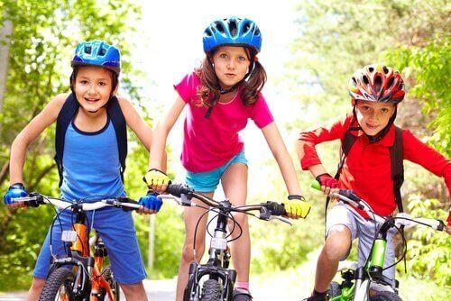 børn på cykler