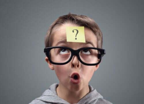 dreng med briller med post-it i panden