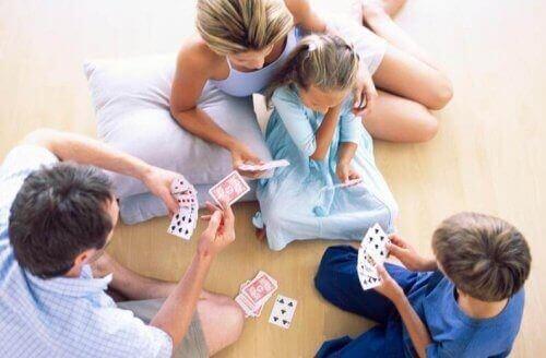 Familie spiller kort sammen