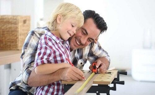 Far og søn arbejder på et projekt sammen