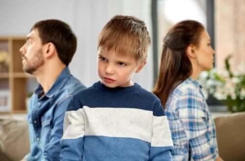 fornærmet barn med forældre i baggrunden