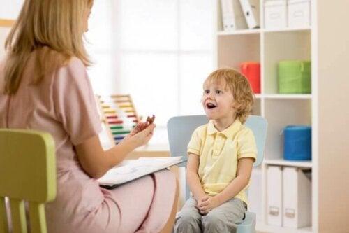 glad dreng hos terapeut