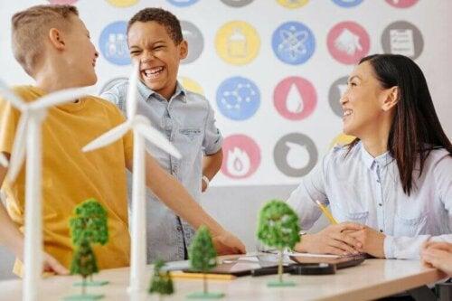 glade børn og underviser i skole