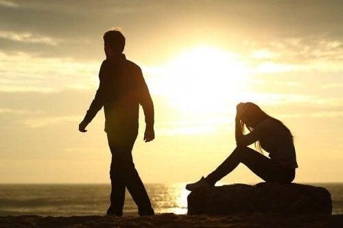 Mand forlader kvinde på stranden