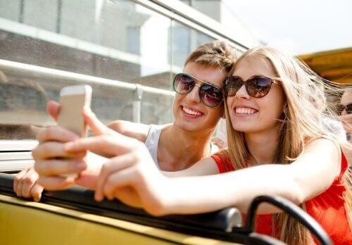 Kærestepar tager selfie sammen