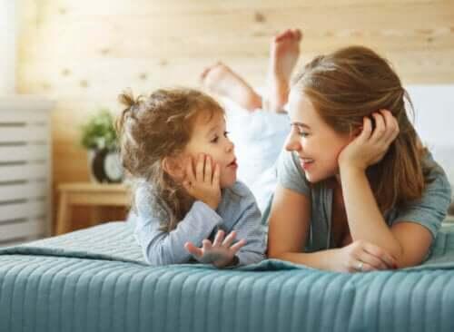 mor og datter der taler i seng