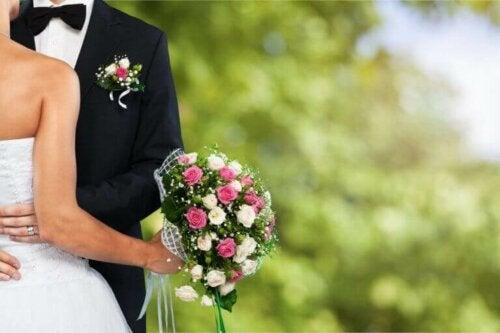 nygift par der holder om hinanden