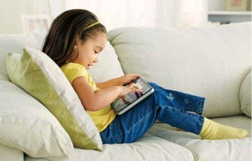 pige der leger på tablet