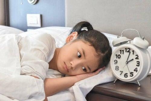 pige der ligger søvnløs i seng