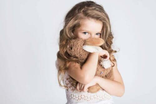 pige med kaninbamse